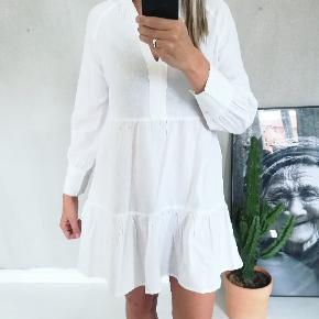 Så fin kjole i et lækkert snit og design. Kjolen er i en rigtig lækker kvalitet - 100% bomuld og i hørlign.stof - der gør at den er så lækker at have på. Den har fine detaljer ved krave.  Har den i Str xs, s, m, l, xl  + fragt  Prisen er fast og jeg bytter ikke