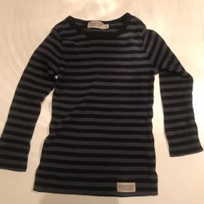 Tre stk. langærmede t-shirts. Fejler intet! Alle tre str. 1,5 år/86. 1 stk. sort med knapper 1 stk. flot mørkeblå 1 stk. stribet blå/sort