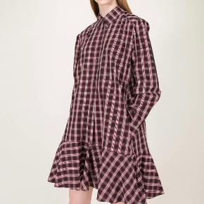Isabel Marant Etoile Ondria kjole i str.40 - jeg har mærke, silkepapir og stofnet.  Den er brugt en time.  Jeg sælger den i farven sort/rødlig.  Respekter venligst at jeg ikke bytter og køber betaler porto samt gebyr ved tspay.