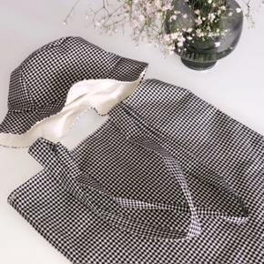 Sæt med net og bøllehat, aldrig brugt. Sættet sælges samlet for 400kr, eller 250kr pr. del. Sort og hvid tern.✨