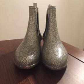 Gummistøvler med glimmer Har et sort mærke på den ene støvle.