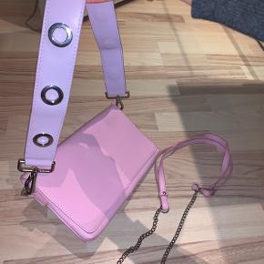 Aldrig brugt!! Så fin taske.  Har både den lilla og den lyserøde hank til den. Sælger også hanken seperat hvis man er interesseret.