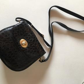 Vintage taske med guld spænder Der er en lille flig der er gået af læderet, men det kan man ikke er når man har den på