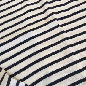 Bluse i hvid og mørkeblå.  Stor i størrelsen.