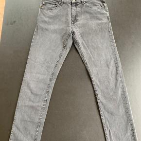 Grå jeans med et brugt udseende. Mærket med størelse mangler men er blevet brugt af en dreng i der normalt bruger medium/ også omkring de 30x30 størelse bukser.
