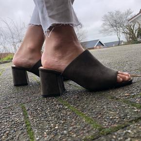 Sælger disse fine sko fra Claudia Ghizzani i str. 38. Kun brugt én gang. Sendes med DAO på købers regning.  Søgeord: Zara, Acne Studios, Weekday, Monki, sandaler med hæl, lave hæle, army grøn, NA-KD, Tommy Hilfiger, Calvin Klein