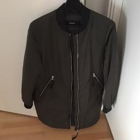 Frakke fra skulder og ned 88 cm, kun haft på 1 gang, ny pris 500.-