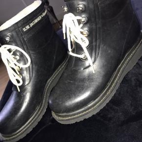 Fede gummistøvler med foer i. Kun prøvet på hjemme. Sælges da jeg ikke får dem brugt. Byd:)