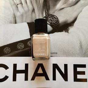 """Fin farve fra Chanel:  87 Flamme Rose . Kanten går igennem nederste del af teksten """"nail colour"""" , så der er stadig en del tilbage . Toplåg og æsken følger ikke med.  Kan sendes med Postnord som brev for 20 kr ved mobilpay. Søgeord: nail polish nude les vernis colour neglelakker neglelak pudder"""