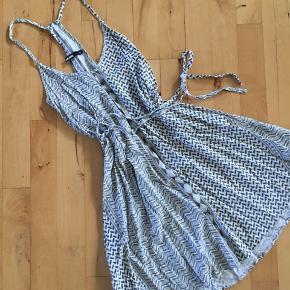 Super fin sommerkjole med bindesnor til livet! Behageligt materiale og ryg-detalje. BYD GERNE:)