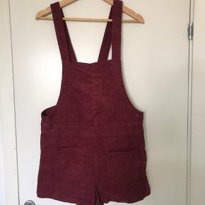 Fin bordeaux buksedragt købt i H&M i Rom. Fejler ikke noget, sælger da den er for kort til mig (er 180cm)