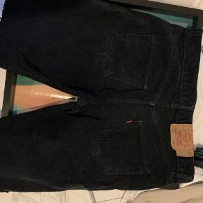 Levis sorte cowboy shorts. 36W/34 - de er klippet selv og derfor super unikke!    Købt i Paris i en highend second hand shop. Check mine andre annoncer for mærker som Levis - vintage, genbrug, Old School items osv!