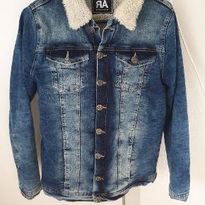 Fed denim jakke med foer af mærket RÅ. Giv et bud