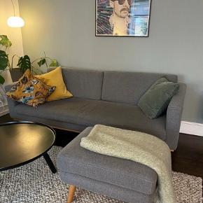Fin sofa med puf fra sofakompagniet, sælges da vi har købt en større.  Sofa købt for 7000kr og puf for 1200kr.