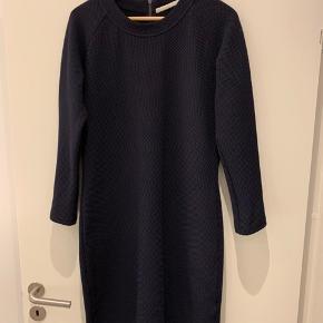 Tæt siddende kjole fra custommade, masser af stræk i stoffet.