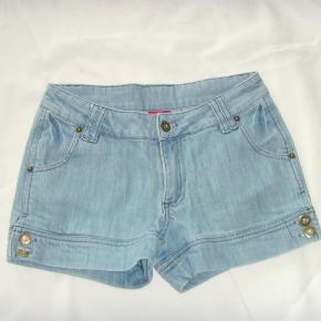 Brand: Olivia Varetype: Sød shorts (iv. 74cm.) Farve: lyseblå  super sød shorts. Liv. 74cm. længde. 25 cm. 95% bomuld. 5% elasthan Jeg har 3 tilbud som du kan vælge mellem   1- Tjek mine mange annoncer. Mange kendte mærker, køb for 1100,- incl. pakke med omdeling og vælge en vare helt gratis uanset pris eller mærke :)   2- Køb 2 varer med fri fragt   3- Køb 3 varer eller flere og få den billigste af dem helt gratis + porto Jeg bytter desværre ikke