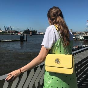 Sælger denne smukke gule taske fra Guess.  Ingen tegn på slid.