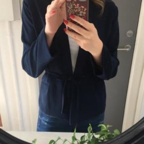 Flot navy blazer/kimono. Kun prøvet på, fremstår som ny. Nypris 1000,-  !!ÅBEN FOR SERIØSE BUD!! Sender gerne flere billeder ved interesse.