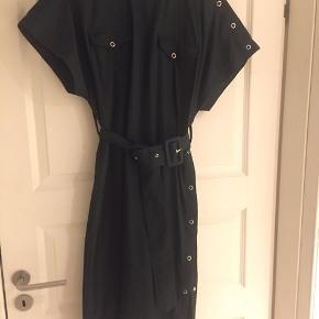 #30dayssellout.   Fin midi kjole med knapper ved skulder og langs siden. Bælte med betrukket spænde. Poplin kvalitet.  Brugt 2 gange og i perfekt stand.  Byd, sender med DAO.