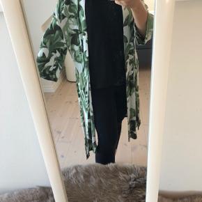 En smuk kjole/kimono i str38 fra Selected. Bindebånd følger med.  Den er i rigtig god stand.  Den er fra et hjem uden dyr og røg, og den er altid vasket uden parfume.