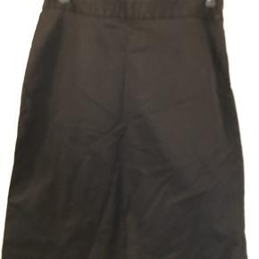 Flot stram sort nederdel i str 6, købt i New York, den har skjult lynlås i siden og er ca 59 cm lang