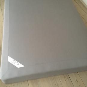 140*200 IKEA Boxmadras og seng, ca. 3 år gammel, af mærket Sultan Slåstad i farven grå (org. pris omkring 1299 kr.).  Sengen kan afhentes på Islands Brygge.