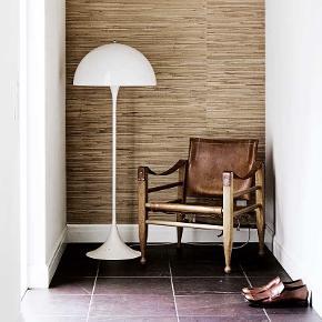 Super lækker Verner panton gulv lampe i hvid, den er 5 år gammel og har lidt brugs tegn som vidst på billedet, i form af små ridser nederst, men fungerer som den skal og fejler intet ellers :-) afhentes i København s.  Model : panthella gulvlampe