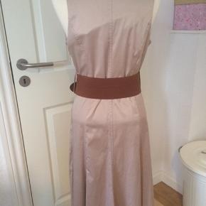 Smukkeste sandfarvede kjole inkl. tilhørende bælte. Jeg må desværre erkende at jeg ikke kommer til at kunne passe den. Det er str. 12, svarende til 36-38. Materialet er halv bomuld, halv polyester med en smule elastan. Så fin!!! Prisen er sat billigt og er derfor helt fast! Jeg sender gerne ...