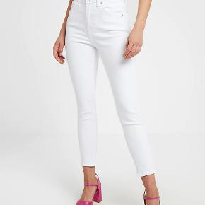 White jeans in the model New wash jamie jeans skinny fit by Topshop.  The size is in the photos.  I love these jeans but they are now too big on me, so I must sell them.  They are great high waisted jeans that go with everything.