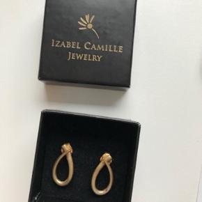 Izabel Camille øreringe Beyound   Oprindelig pris 1000 kr.  Formet som dråber i flad tråd i mat guldbelagt sølv  - kan bruges alene eller sammen med et vedhæng