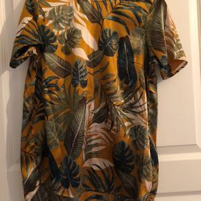 Trøjen er 100% polyester, men har en satin finish (det har jeg prøvet at fange på billede 2)👚