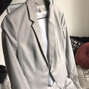 Jakkesæt fra H&M, jakke str 40, bukser str 38 Lysegråt. Uden fejl eller skader  Brugt en gang, købt for et års tid siden