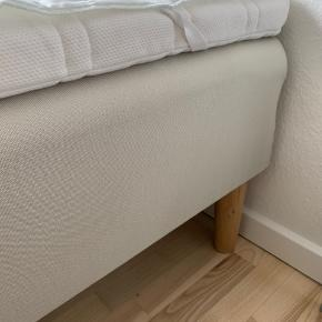 Næsten helt ny enkeltseng fra Ikea i str. 90x200 i farven beige.. Tyk, lækker og blød topmadras og med træben - købt i oktober 2019.. Brugt 2 gange som gæsteseng..   Nypris for seng, topmadras og træben - 2200kr. Sælges for 1200 kr.  Befinder sig i Tarup Odense NV.