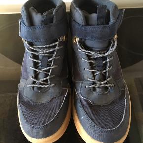 Fine sneakers. Støvlette. Fra h&m. Str 37. Brugt som vinterstøvler. Dog uden foer. Så kan stadig bruges nu. Ingen slid.  Fra ikke rygerhjem