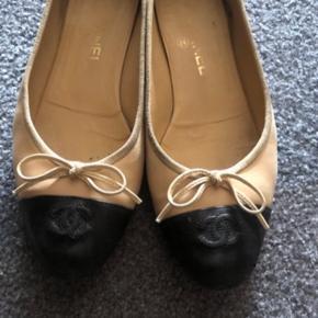 Chanel ballerinaer som er godt brugte  Billederne viser hvordan de ser ud.  De kan stadig bruges.   Mindste pris 550kr  Man er velkommen til at mødes og handle , varen kan sendes med DAO , køber betaler for forsendelse