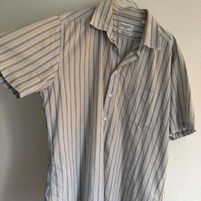 BYD !! Vintage Yves Saint Laurent skjorter i en rigtig flot stribet model med tonede farver.  Skjorten er i meget fin stand taget alder i betragtning. Er str XL, men fitter nærmere en L-XL. Skriv for spørgsmål eller bud
