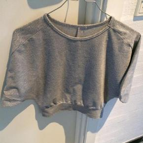 Varetype: Bluse Størrelse: 6 Farve: Sølvglimmer Oprindelig købspris: 500 kr.