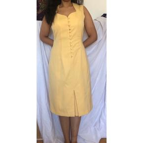 Lysegul kjole. Sælger da jeg ikke får den brugt.