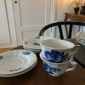 Gammelt Royal Copenhagen, Blå Blomst hedder serien.  Sælger to kaffekopper, to underkopper og tre små tallerkner (16 cm) Fremstår uden skår eller revner
