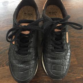 WODEN sneakers i sort croco præget skind i str. 37.   Brugt ca. 5 gange og fremstår derfor næsten som nye.   Nypris 800,- Sælges for 450,-