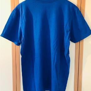 Varetype: T-shirt Farve: Blå Oprindelig købspris: 249 kr.  Super frisk T-shirt i mange farver fra Nike sælges da den aldrig rigtigt bliver brugt længer. T-shirtsen blev købt hos Footlocker i Århus og er med stort print på forsiden. Fejler intet som huller, pletter er anden form for slitage.  Giv et fair bud