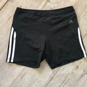 Shorts / indershorts / tights fra Adidas  Har også et par shorts fra new balance til salg - sælges samlet for 80 kr eksklusiv fragt