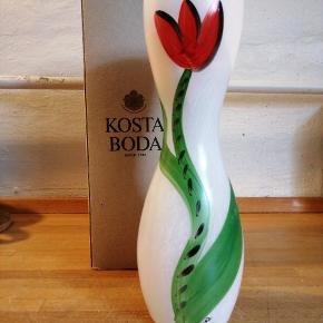 Smuk KOSTA BODA vase søger nyt hjem 🌷  Aldrig brugt. Kom med bud