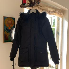 Super overgangsjakke/vinterjakke fra Hummel. I fin stand! Til den lille side så passer pige på 10-11 år😊