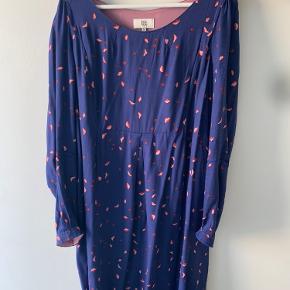 Smuk og yndig kjole fra Noa Noa i de fineste farver og det yndigste print. Rigtig god stand. Dog mangler der en enkel knap ved det ene ærme.   Ønskes billeder, hvor den er prøvet på, så send en besked :)