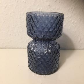 Blå glasvase med mønster struktur  vase  ca 18 cm høj   Som ny   Lidt cylinderform   Sender gerne   Se flere annoncer