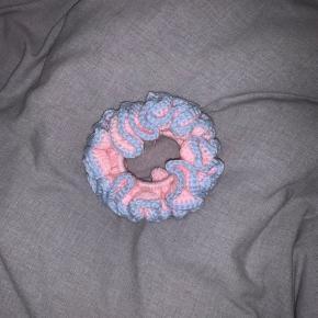 Hæklet scrunchie med elastik 💓  1 for 25 2 for 40 5 for 100