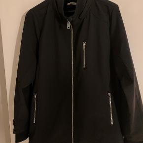 flot softshell jakke med lynlås og aftagelig hætte