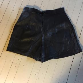Helt nye skønne læder look shorts . Køber betaler Porto