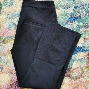Perfekte til en skjorte, blæser eller hvis man gerne vil have looket af habit bukser. Super flatterende, især hvis man har lidt bredere skuldre, da buksebenene går en smule ud ved anklen. Er godt nok en str 34, men de er meget store i størrelsen.
